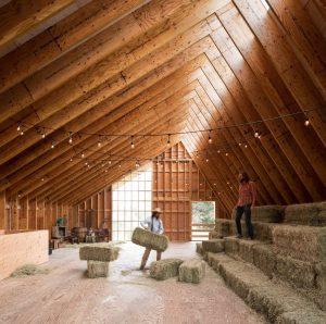 A beleza da arquitetura rural em 15 projetos de celeiros
